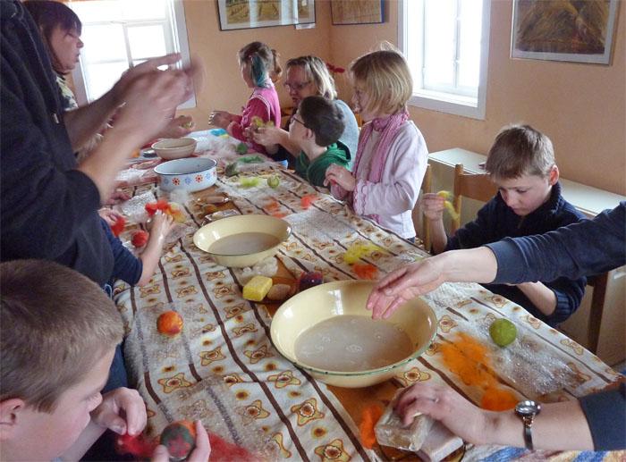 Unsere jungen Gäste lernen das Filzen und stellen selbst einige kleine Gegenstände aus Filz her.