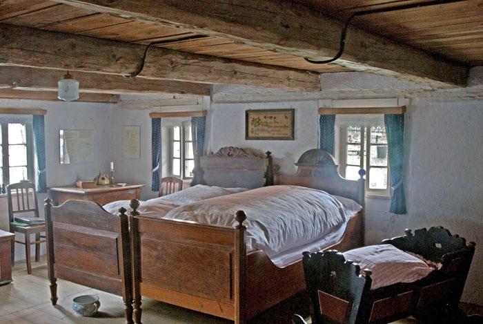 Die Schlafstube im Obergeschoss befand sich direkt über dem Stall. So konnte auch die Wärme der Tiere genutzt werden.