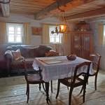 """Gewöhnlich war die """"gute Stube"""" im Obergeschoss des Wohnhauses verschlossen. Nur zu ganz besonderen Festtagen, wie z.B. Weihnachten, wurde die Tür geöffnet und die Familie traf sich hier."""