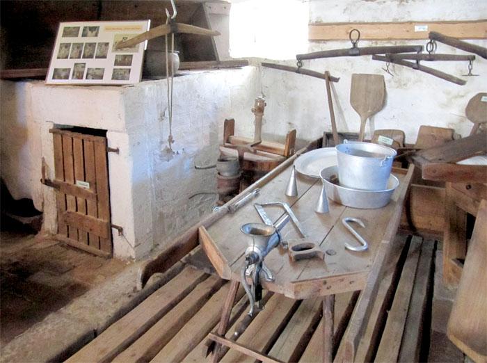 Der Stall befand sich direkt neben der Küche im Wohn-Stall-Haus. Auch wenn er heute nicht mehr von Tieren bewohnt wird, ist der Stall herkömmlich erhalten und gibt Auskunft über das Zusammenleben von Mensch und Tier.